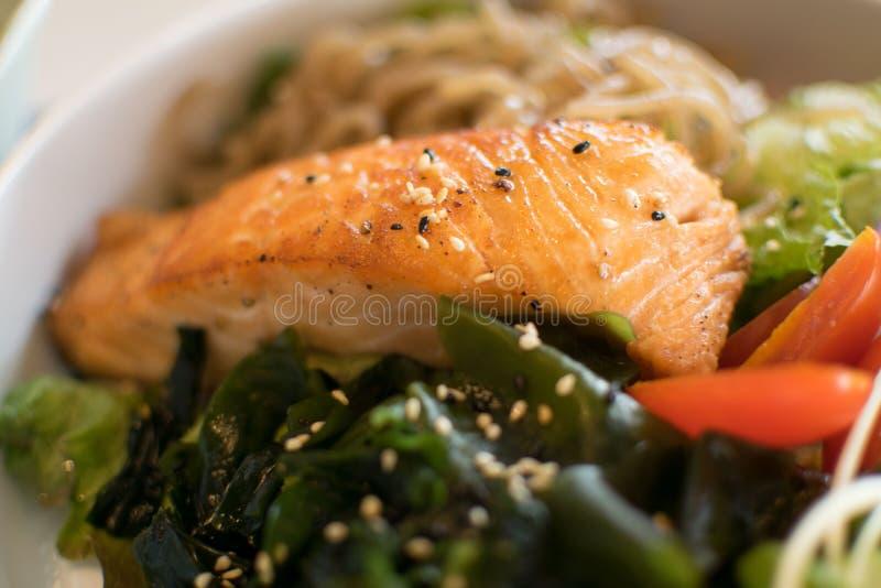 Salladlax med den organiska grönsaken royaltyfri foto