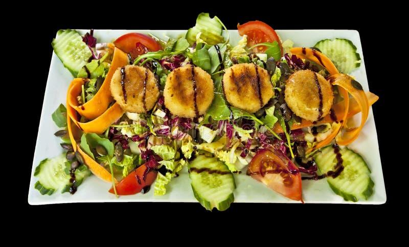 Salladmaträtt med den stekte ost och dressingen fotografering för bildbyråer