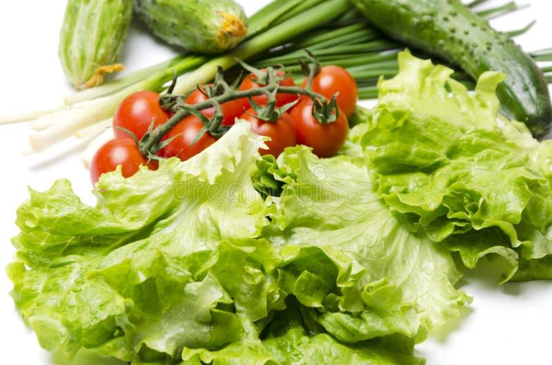 Salladslök grönsallatsidor, gurka, tomatkörsbär för att laga mat på köksbordet, closeup arkivbilder