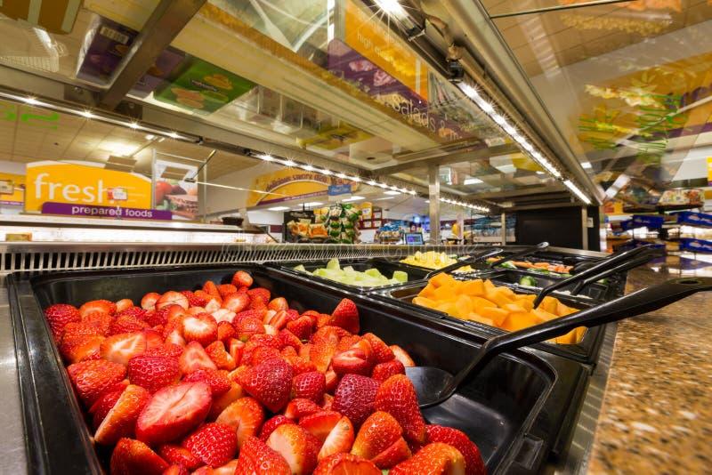 Salladstång i en amerikansk supermarket royaltyfria foton