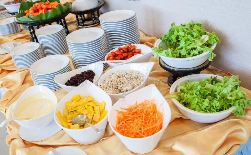 Salladstång med grönsaker i restaurangen, sund mat Det nya sunda begreppet och sund vikt av bantar royaltyfria bilder