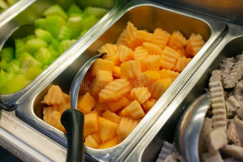 Salladstången inkluderar den organiska grönsaker och cantaloupmelon, sunt begrepp royaltyfri fotografi