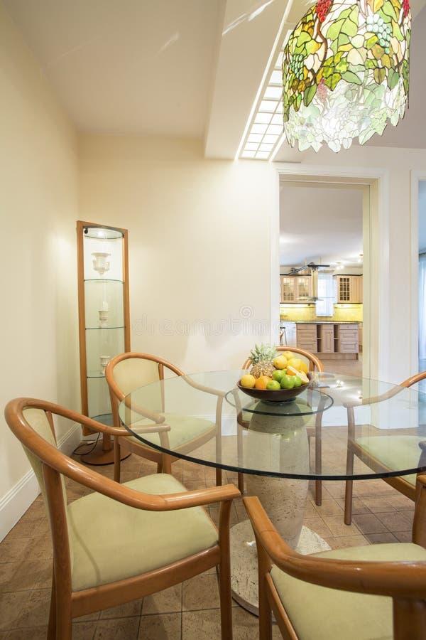 Salle à manger à l'intérieur de maison classique photos stock