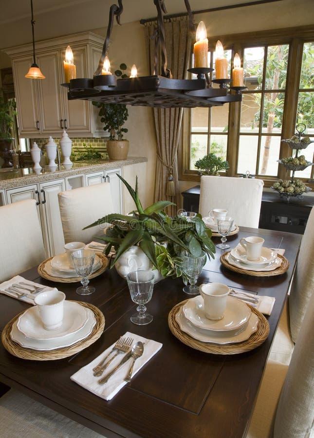 Salle à manger à la maison de luxe