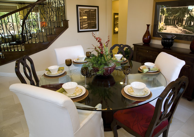 Salle à manger à la maison de luxe. image libre de droits