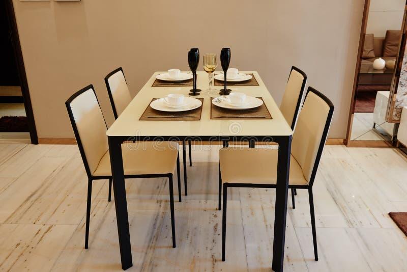 Salle à manger à la maison moderne images libres de droits