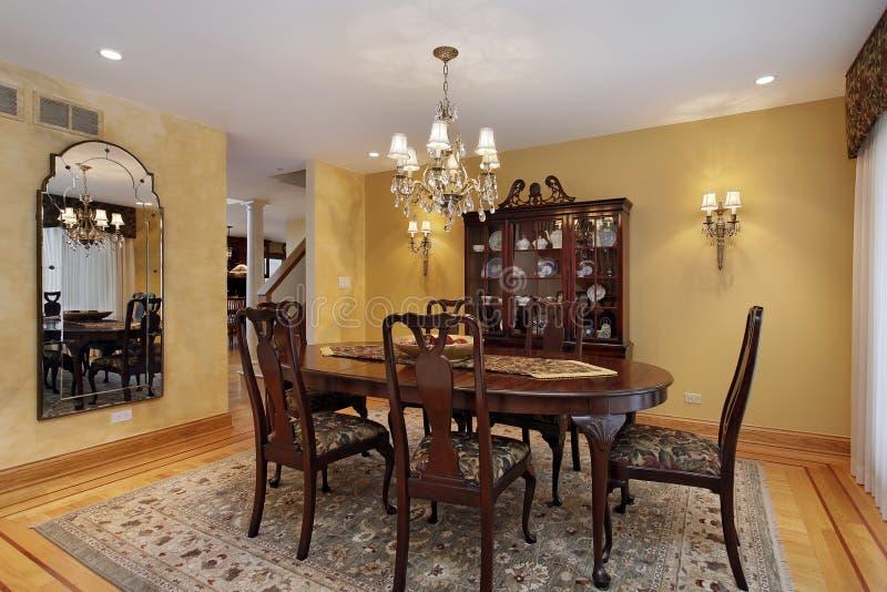 Salle à manger avec des murs d'or photo libre de droits