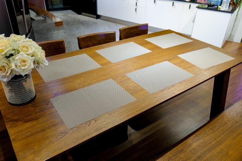 Salle à manger avec diner le textile et le tapis d'endroit photographie stock