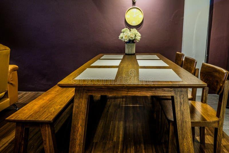 Salle à manger avec diner le textile et le tapis d'endroit images stock