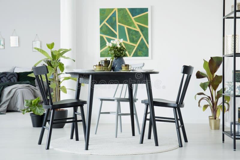 Salle à manger avec la peinture verte photo libre de droits