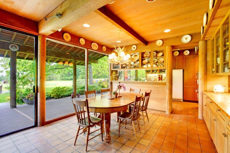 Salle à manger avec le mur vert de vue et d'hublots photo stock