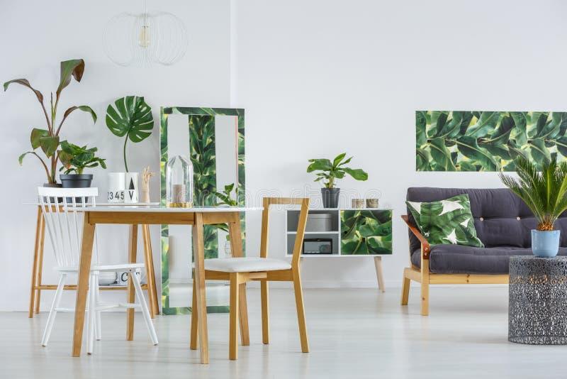 Salle à manger avec le sofa image stock