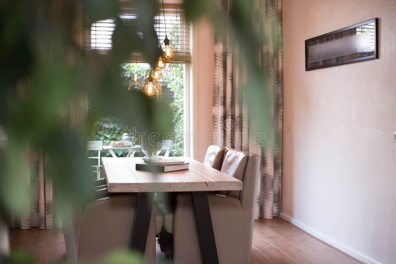 Salle à manger confortable avec les lampes industrielles modernes photos libres de droits