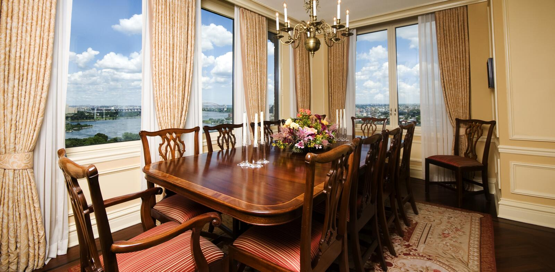 Salle à manger d'appartement terrasse avec la vue New York City photographie stock
