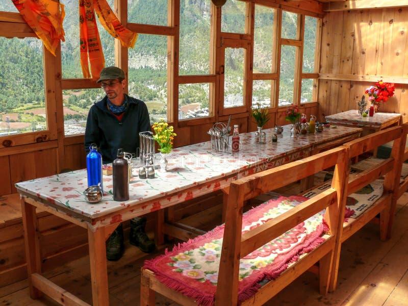 Salle à manger dans la loge dans Pisang supérieur, Népal image stock