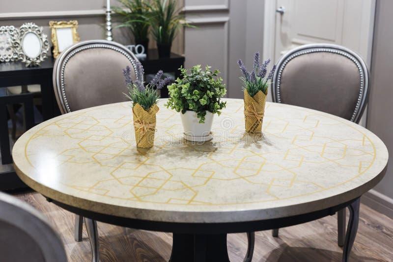 Salle à manger dans la maison de luxe avec les portes françaises photo libre de droits