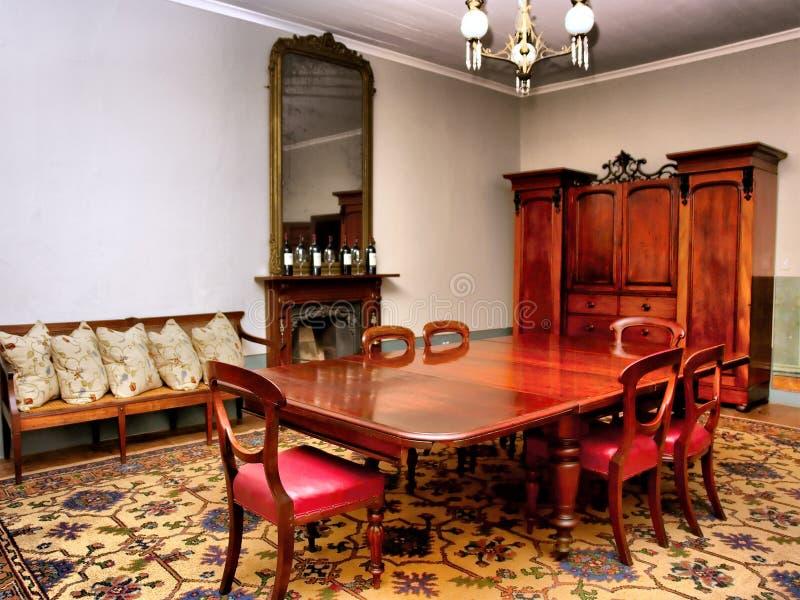 Salle à manger dans la vieille maison de luxe image stock