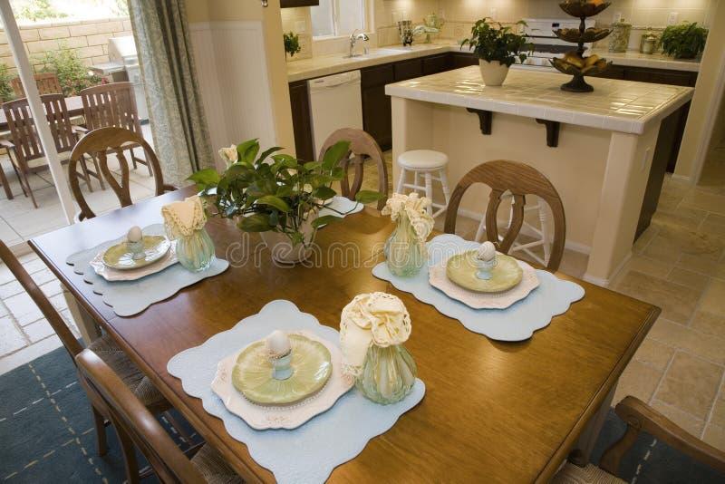 Salle à manger et cuisine à la maison de luxe. images stock