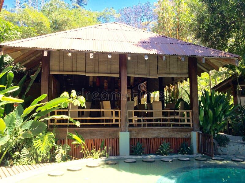 Salle à manger et piscine de station de vacances photo libre de droits