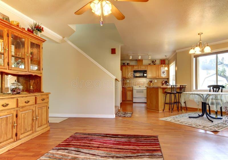 Salle à manger et vaste zone près d'intérieur de maison de cuisine. images stock