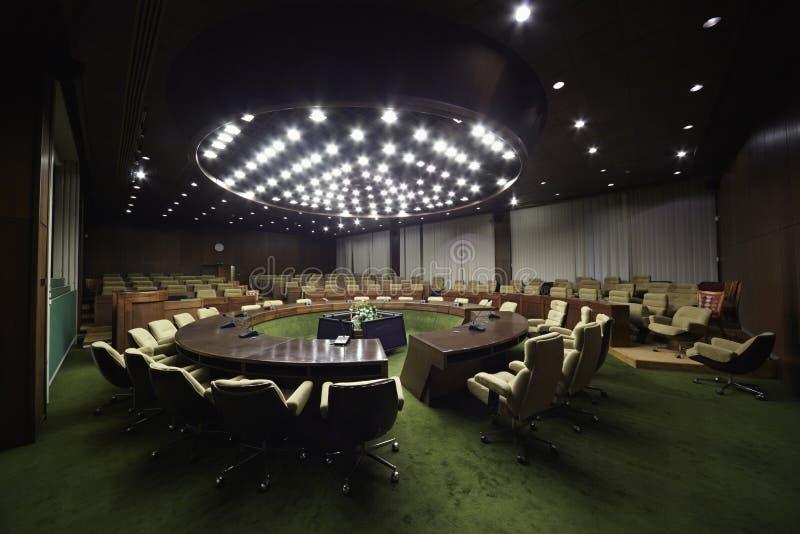 Salle avec la table ronde et les fauteuils photographie stock