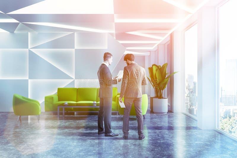 Salle d'attente géométrique de bureau, sofa vert, hommes photo stock