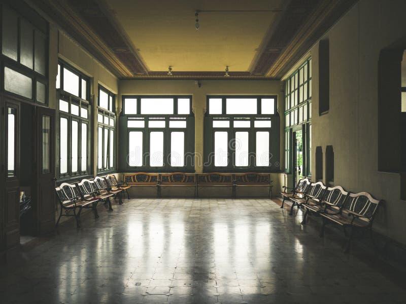 Salle d'attente sombre de vintage photographie stock libre de droits