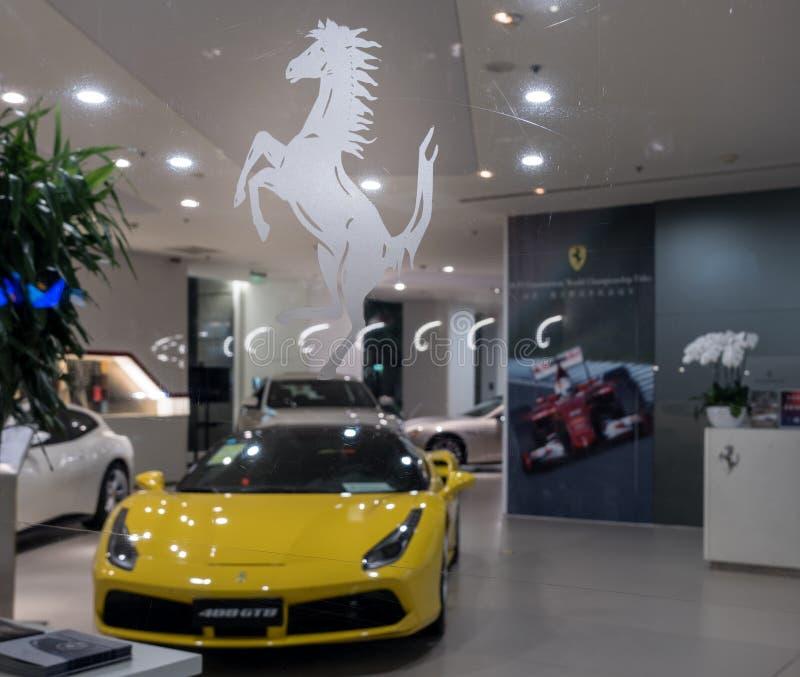 Salle d'exposition de Ferrari dans Pékin Chine avec la nouvelle voiture de 488 GTB sur l'affichage image libre de droits