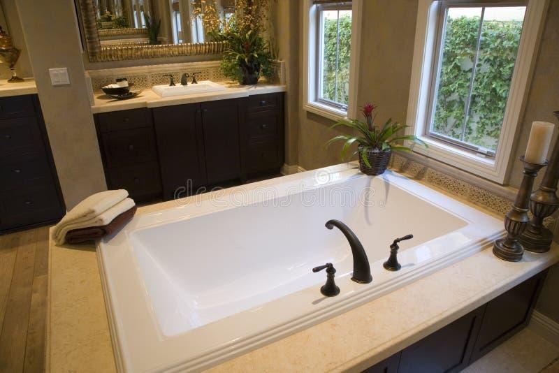 Salle de bains à la maison de luxe. photo libre de droits
