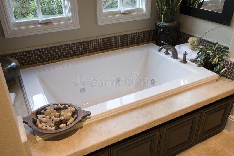 Salle de bains à la maison de luxe. photographie stock