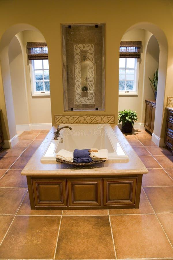 Salle de bains à la maison de luxe. photos stock
