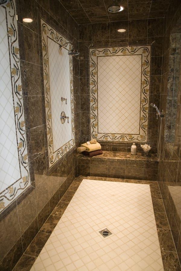 Salle de bains à la maison de luxe photos libres de droits
