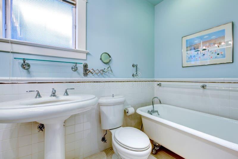 Salle de bains élégante antique bleue avec le baquet blanc. photographie stock