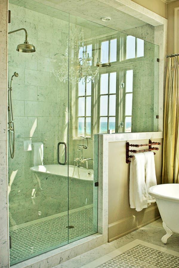 Salle de bains élégante avec la douche en verre image libre de droits