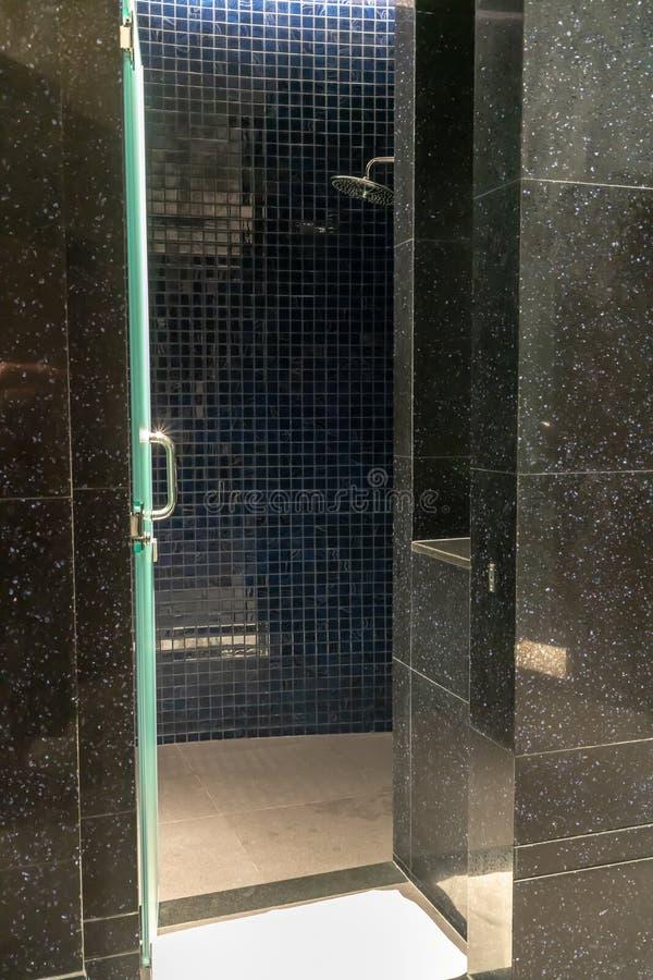Salle de bains élégante moderne dans le modèle de couleurs noir et bleu foncé image libre de droits