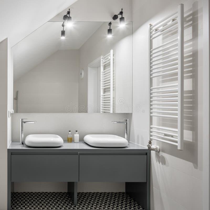 Salle de bains avec deux nouveaux bassins images stock