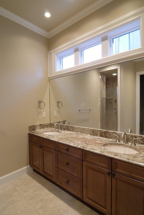 Salle de bains avec la double vanité photo libre de droits