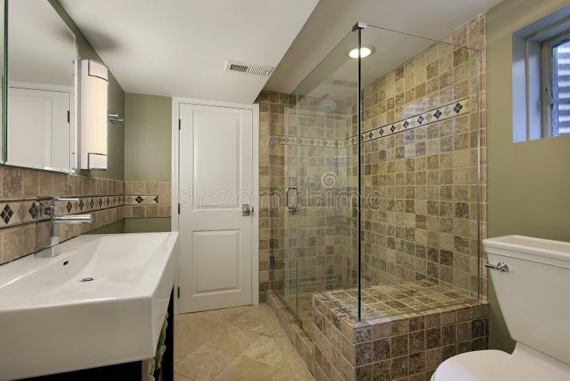 Salle de bains avec la douche en verre images stock