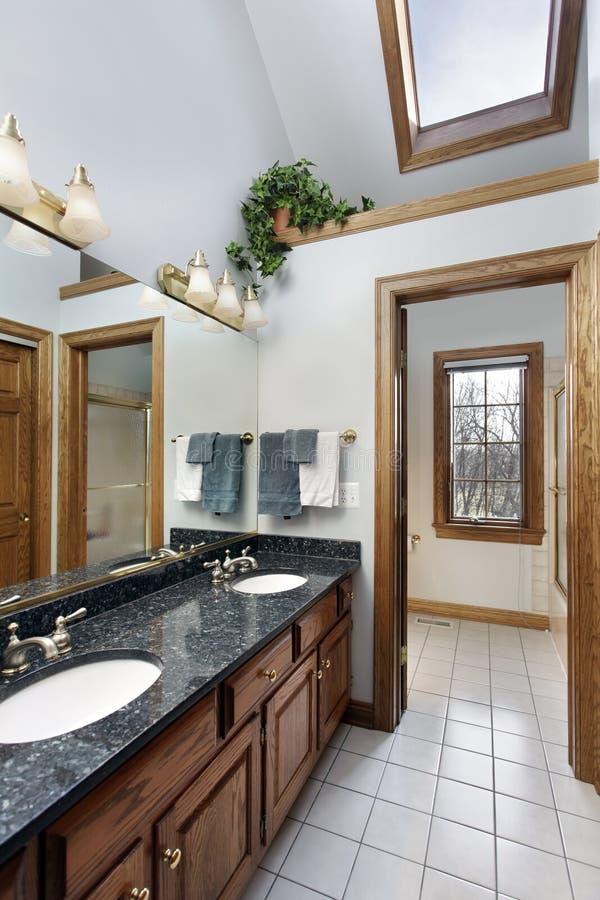 Salle de bains avec la lucarne photos libres de droits