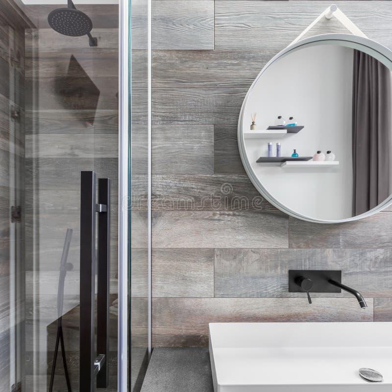 Salle de bains avec la promenade dans la douche photographie stock libre de droits