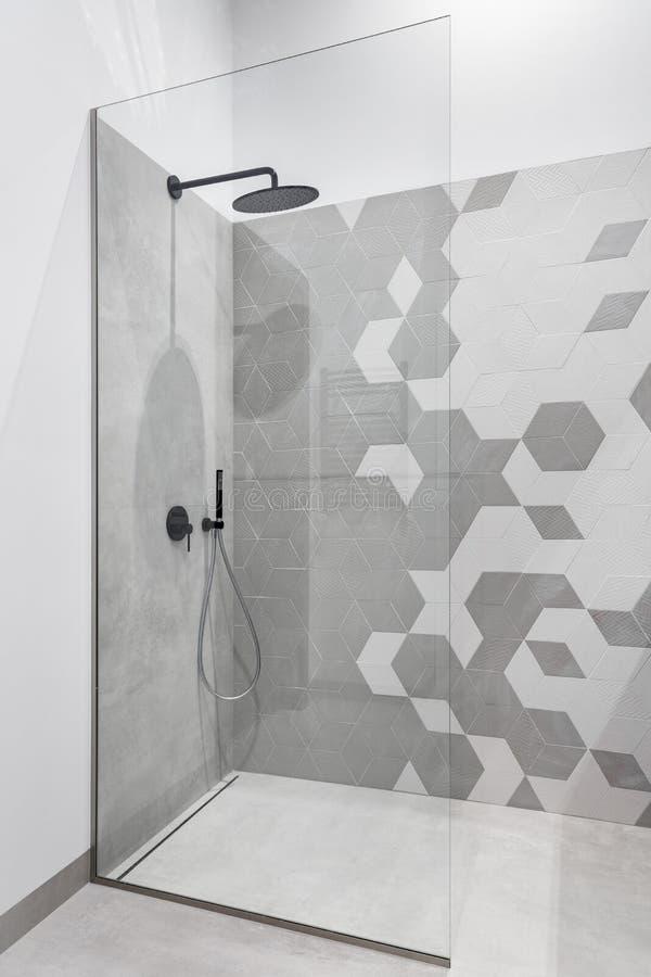 Salle de bains avec la promenade dans la douche photographie stock