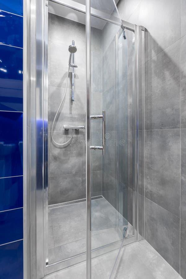 Salle de bains avec la promenade dans l'idée de douche photos libres de droits