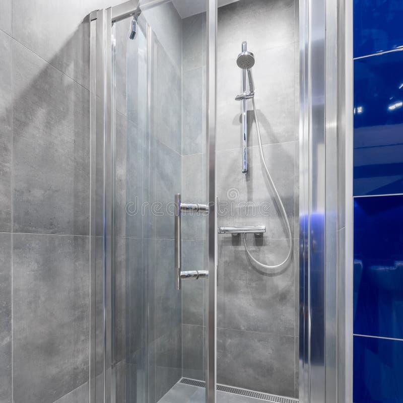 Salle de bains avec la promenade dans la douche photo stock