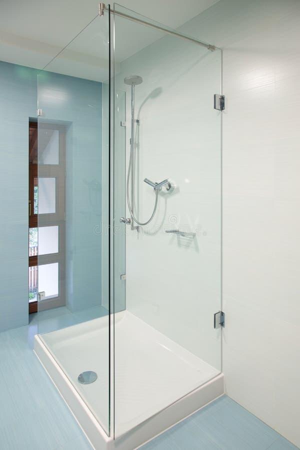 Salle de bains avec le baquet en verre de douche image libre de droits