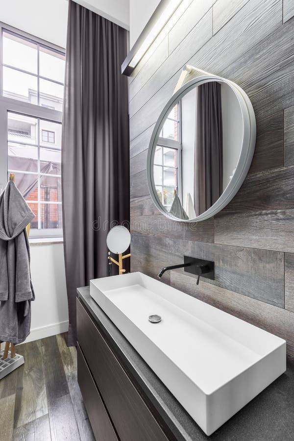 Salle de bains avec le bassin de partie supérieure du comptoir photos stock