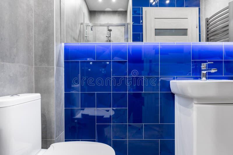 Salle de bains avec le contact du bleu photographie stock libre de droits