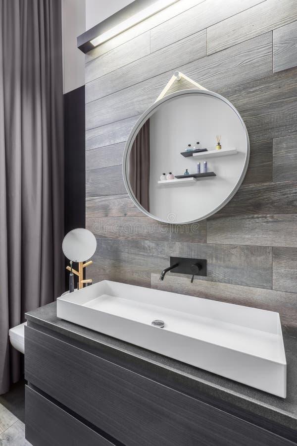 Salle de bains avec le lavabo de partie supérieure du comptoir photos stock