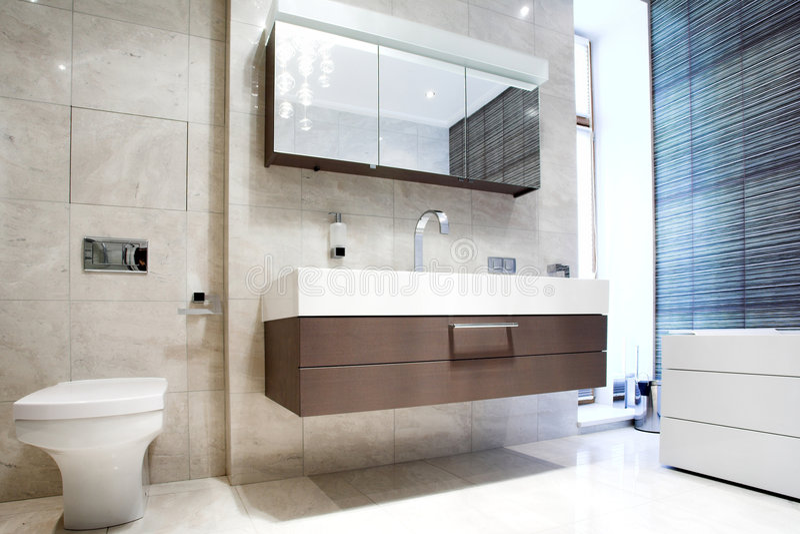 Salle de bains avec le miroir et le carter photographie stock