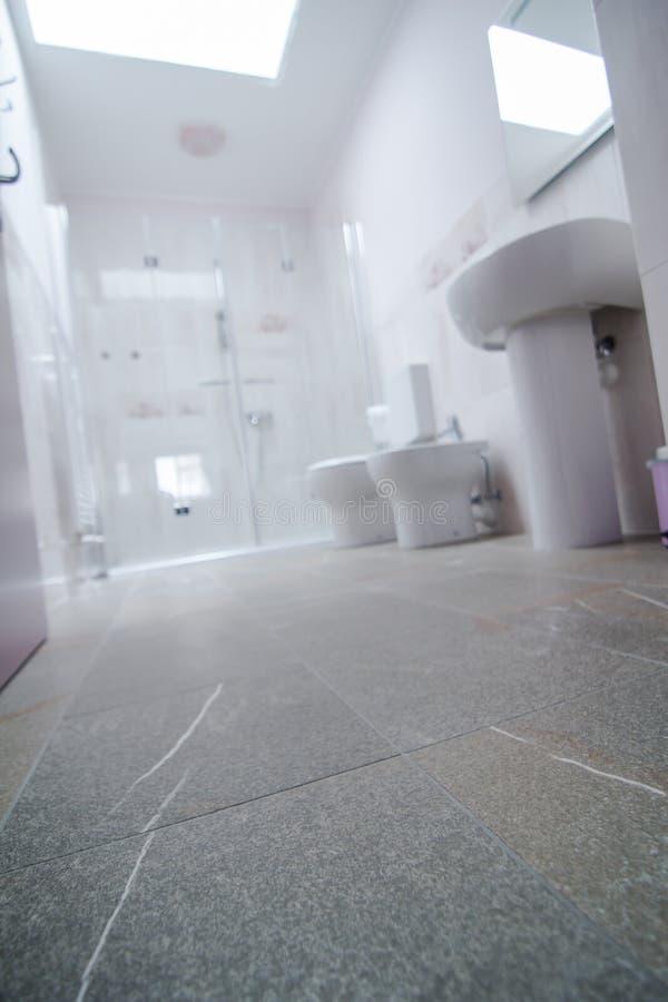 Salle de bains avec le plancher en pierre images libres de droits