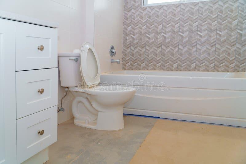 Salle de bains avec le rideau de marbre ovale en évier et en douche photo libre de droits